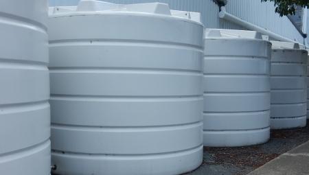 Zbiorniki na deszczówkę w gospodarstwie ogrodniczym - czy są warte uwagi?