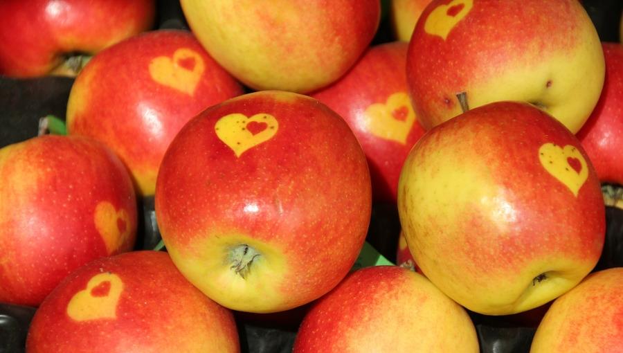 Jabłka walentynkowe - sztuka w cenie wyższej od kilograma, ale brak pewności zbytu